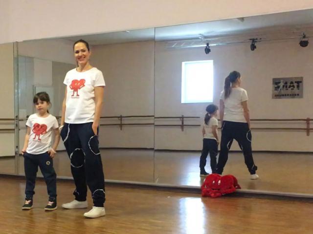 Wir ZusammenZuHause mit MUCKI'S MutMacher-Tanz, Vivien und Ivonne